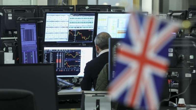 Po mesiacoch trvajúcej patovej situácie sa Británia pripravuje na predčasné všeobecné voľby po tom, čo Dolná snemovňa schválila ich termín na 12. decembra.