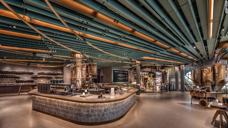 Interiér Starbucks Roastery v Chicagu.