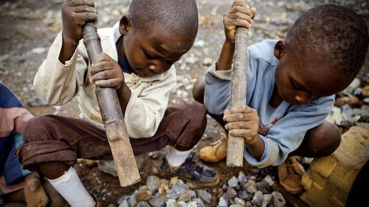 Apple_Google_Microsoft_Dell_a_Tesla_su_zalovani_za_udajnu_pracu_deti_v_Kongu