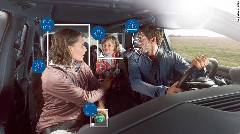 Systém monitoruje cestujúcich aj prednou a zadnou kamerou, čo zaisťuje upevnenie bezpečnostných pásov a správne umiestnenie airbagov.