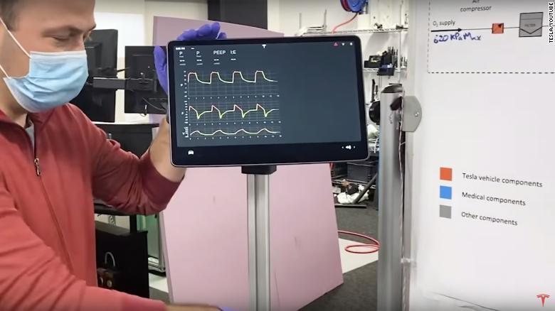 Inžinier spoločnosti Tesla predvádza prototyp ventilátora, ktorý je vyrobený so zobrazovacou obrazovkou Modelu 3 od automobilky Tesla.