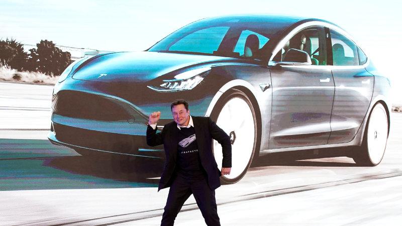 Elon Musk - generálny riaditeľ spoločnosti Tesla má dôvody na radosť.