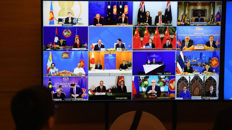 Zástupcovia signatárskych krajín sú na obrazovke počas slávnostného podpisu obchodného paktu Regionálneho komplexného hospodárskeho partnerstva (RCEP) na samite ASEAN, ktorý sa koná online v Hanoji 15. novembra 2020.