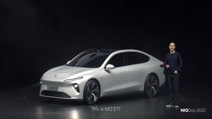 William Li, zakladateľ a predseda predstavenstva spoločnosti Nio, zdieľa vlastnosti sedanu ET7 na slávnostnom predstavení v čínskom Čcheng-tu 9. januára 2021.