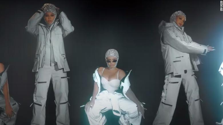 Beyoncé oblečená v svojej najnovšej kolekcii Ivy Park x Adidas, ktorá sa začala predávať 19. februára 2021.