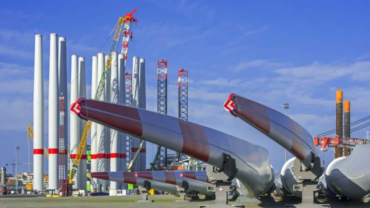 Táto fotografia zobrazuje časti veterných turbín v prístave v Ostende v Belgicku.