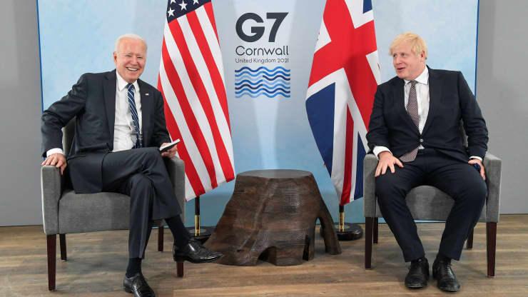 Britský premiér Boris Johnson hovorí s americkým prezidentom Joeom Bidenom počas ich stretnutia pred samitom G7 v Carbis Bay v Cornwalle v Británii 10. júna 2021.