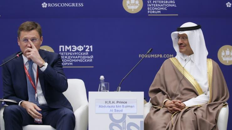 Ruský vicepremiér Alexander Novak (L) a saudskoarabský minister energetiky Abdulaziz bin Salmán Al Saud.