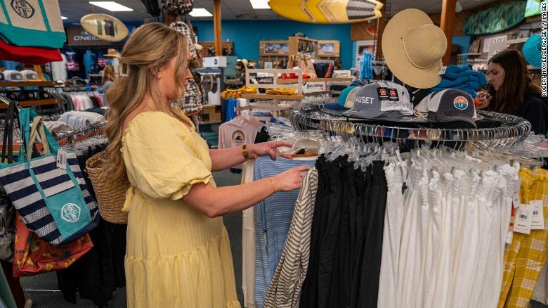 Žena nakupuje oblečenie v obchode.