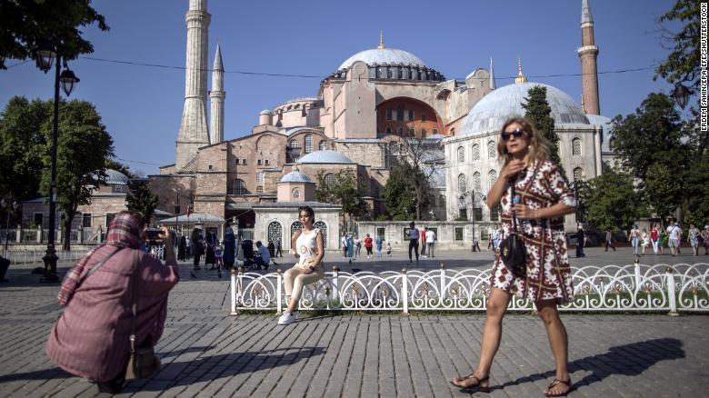 Turisti sa fotia pred mešitou Hagia Sophia v tureckom Istanbule. Zásah cestovného ruchu by podľa UNCTAD mohlo spôsobiť zvýšenie nezamestnanosti až o 10%.