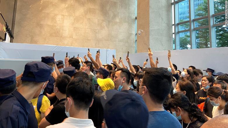 V pondelok sa pred sídlom spoločnosti Evergrande v Šen-čene zoskupili ľudia, ktorí požadovali splatenie pôžičiek a finančných produktov.