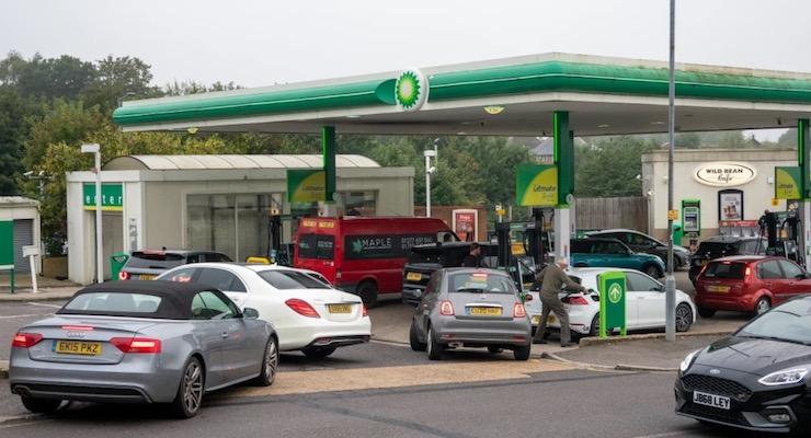 Čerpacie stanice v Británií čelia veľkým radám, alebo nedostatku paliva.