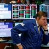 Investori vyťahujú peniaze z akciových trhov, ako v časoch finančnej krízy