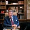 Miliardár Johann Rupert pobúril verejnosť keď sa vo Švajčiarsku prednostne zaočkoval
